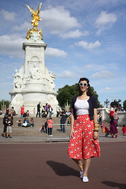 fleur de guerre in vintage style outside buckingham palace
