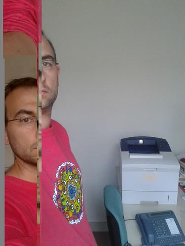 Autoportrait décomposé automatiquement, à la recherche d'une imprimante qui fonctionne. Tanneurs, bureau 45.