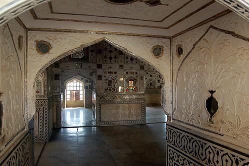 Die zweite Halle des Spiegelpalasts An den Wänden sind deutlich die Verzierungen zu erkennen.
