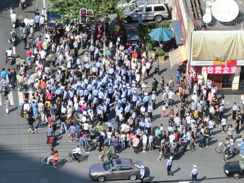 在上海日本総領事館周辺のデモ
