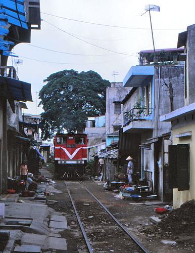 vietnam haiphong harbourtrack ðsvn metergauge dlocogoodstrain class ð12e infra narrowpassage 2003