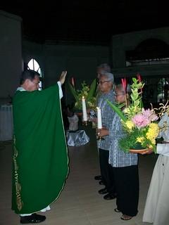 Hal 18_Pemberkatan pastor paroki  setelah kami melakukan pembaharuan janji perkawinan