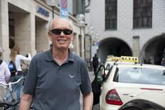 Anton Hüttl am Opel Ampera-Taxi