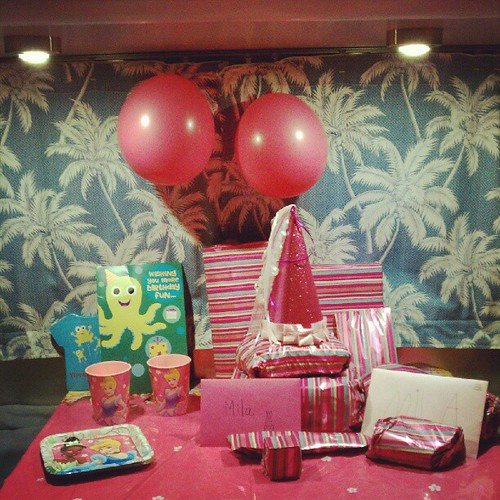 All ready for when the birthday girl wakes up! A pink princess party :)