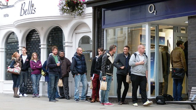 o2 shop winchester queue for the Iphone 5 0815 21-09-2012 DSCN7295
