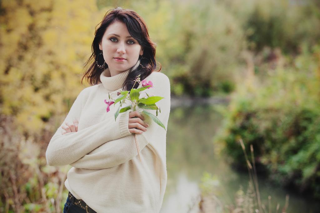 Фотосессия девушки на природе осенью