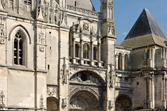Façade de la collégiale Saint-Gervais-Saint-Protais