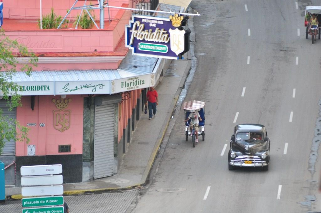 """Funcionando desde 1817, su eslogan es """"La cuna del daiquirí"""" y el propio Hemingway acrecentó su fama con una frase que atrajo a turistas de todo el planeta. [object object] - 7816627138 6d7459c66f o - La Habana vieja y un paseo por sus plazas"""