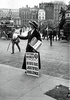 Immagine di Rufus Isaacs. uk london traffic trafalgarsquare pedestrians metropolitan admiraltyarch suffragette solicitorgeneral canonrow cannonrow morleyshill trafalgarsquareundergroundstation votesforwomennewspaper sirrufusisaacs