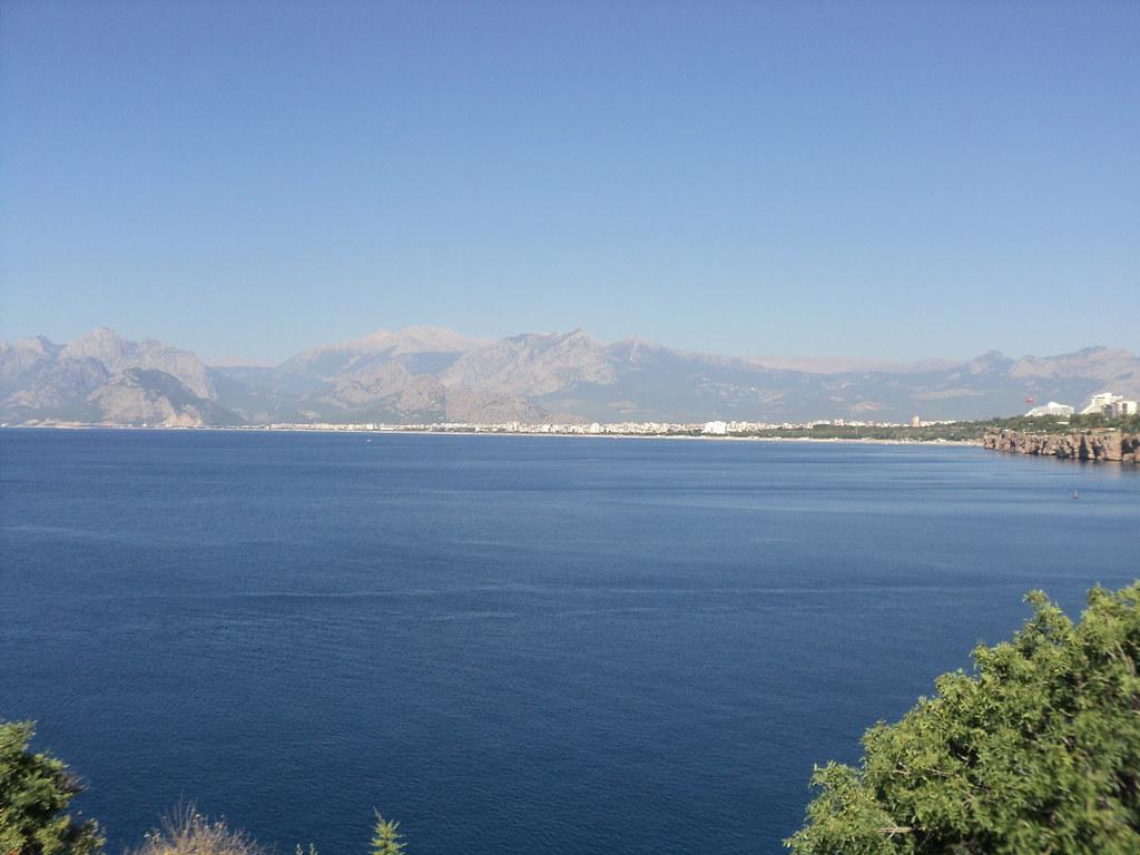 Вид на пляж Konyaaltı невооруженным взглядом.
