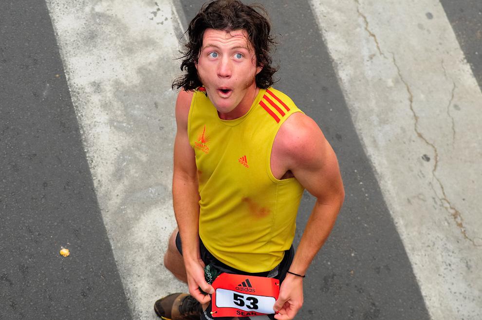 Un competidor posa para las cámaras de la prensa luego de terminar su carrera de 21 kilómetros, muy contento se remite al stand para recibir su medalla. (Elton Núñez)
