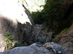 Remontée du Haut-Velacu : depuis le sommet du bloc coincé, le ravin vers l'aval