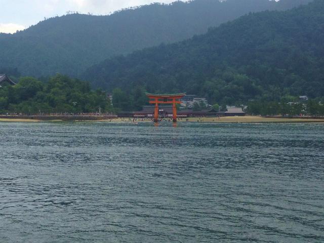 海に浮かぶかのような厳島神社の鳥居