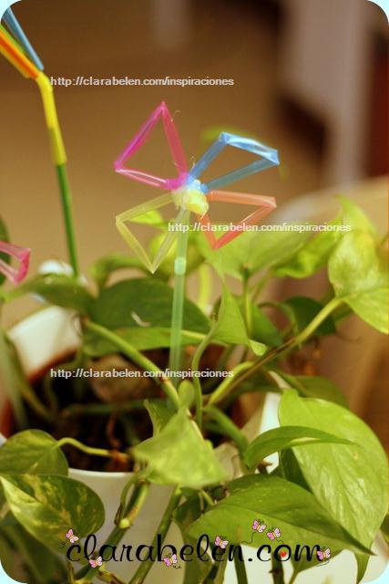 Flores hechas con canutillos o pajitas para adornar las macetas