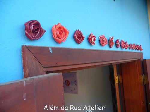 Flores emoldurando uma porta