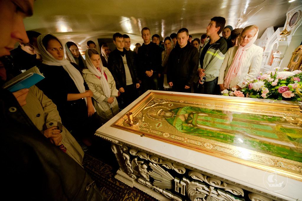 У гробницы св. прав. Иоанна Кронштадского