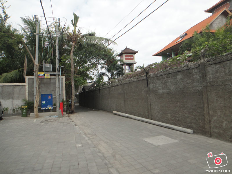 POP-HARRIS-HOTEL-KUTA-BEACH-BALI--small-road-in