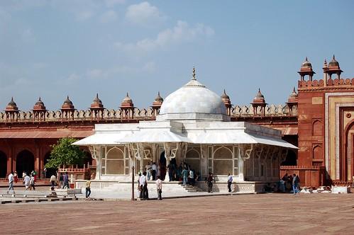 Das Grabmal eines Sufis ist ca. 10 Meter hoch, weiß und hat eine Kuppel