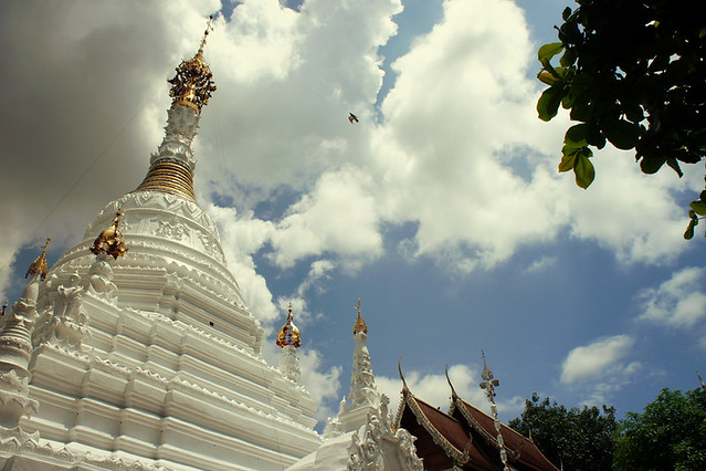 The Burmese chedi at Wat Mahawan got a fresh lick of white paint so it looked stunning.
