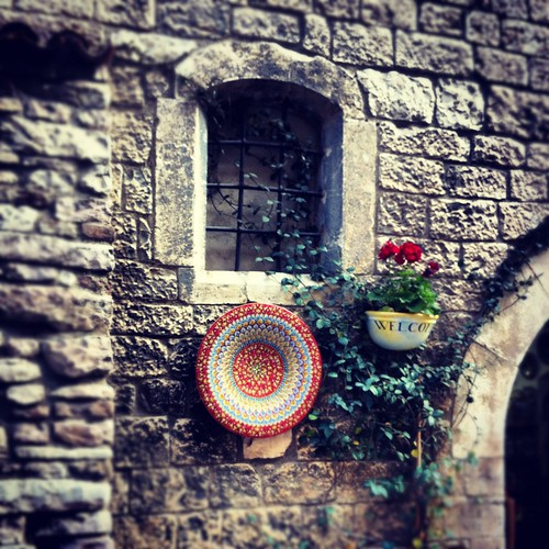 Assisi_red_on_wall