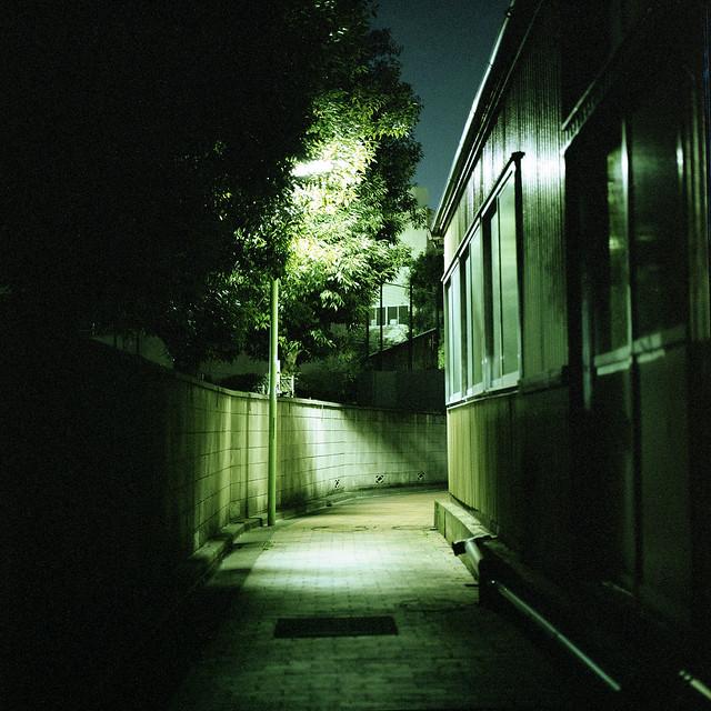 路地の街灯