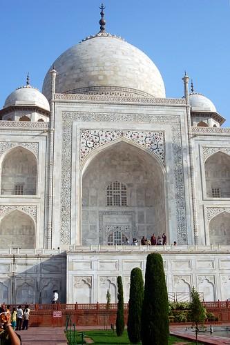 Das Taj Mahal ist gigantisch groß, deutlich sind die davor stehenden kleinen Menschen zu erkennen