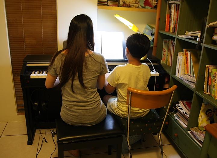 老師來家裡教琴001