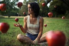[フリー画像素材] 人物, 女性, 女性 - 座る, リンゴ ID:201209172200