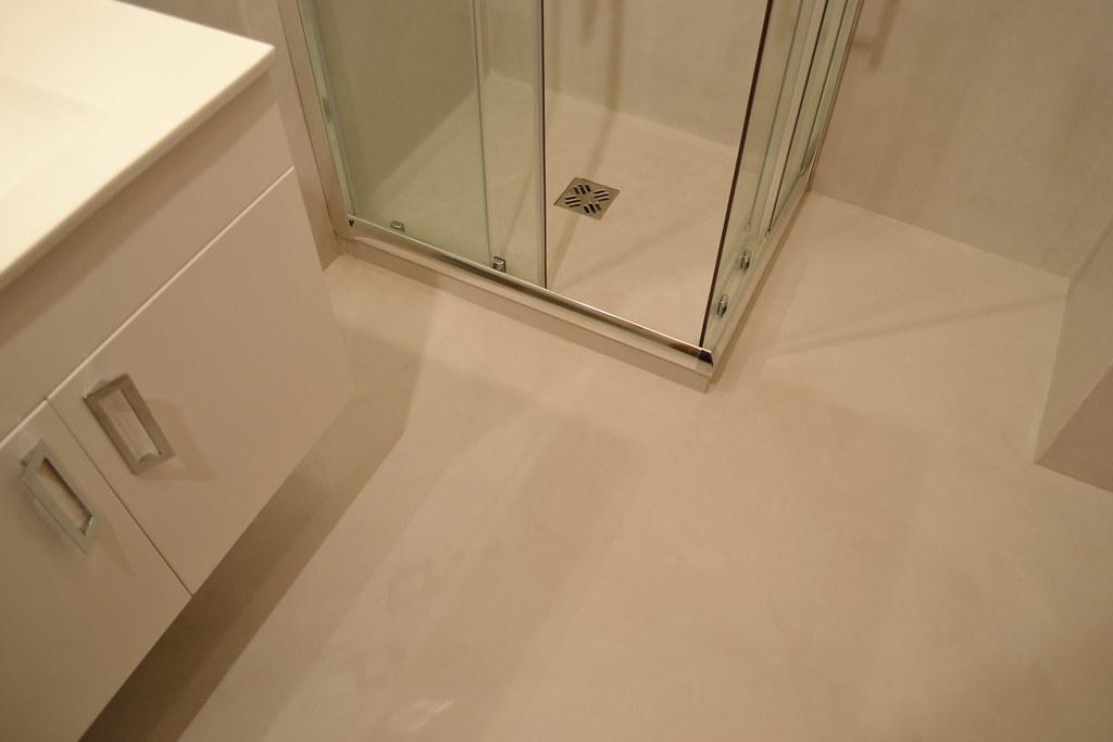 Piatto doccia e pavimento in resina spatolata