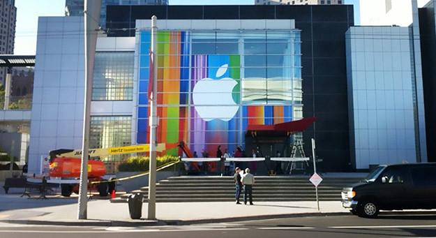 iPhone 5 — Colorido el Yerba Buena Center para recibir al iPhone 5