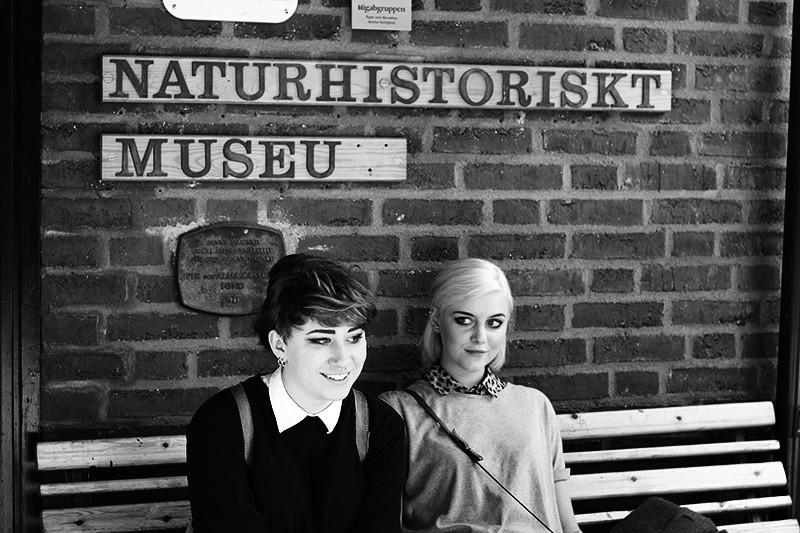 Hilda och Louise utanför naturhistoriska