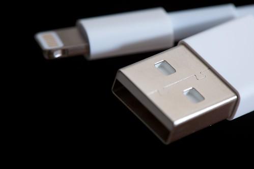 トラベルグッツ、旅の必需品には変換プラグUSBポート付きPhoto:Apple Lightning to USB Cable By:Richard Unten