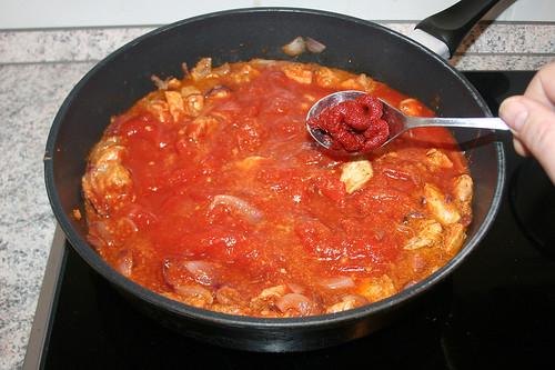 25 - Tomatenmark einrühren / Add tomato puree