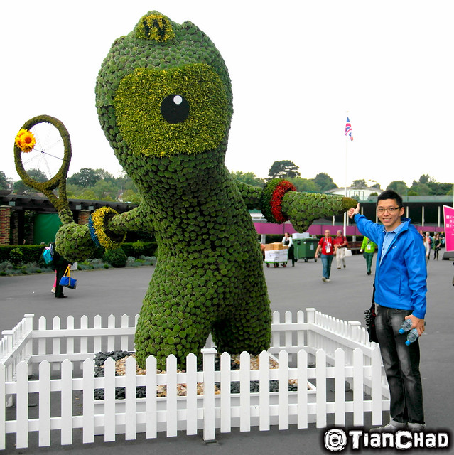 Amazing flower statue of the London 2012 Tennis Mascot