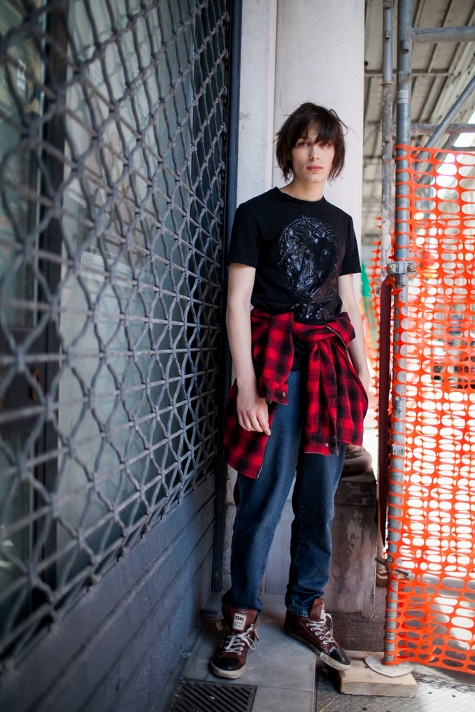 黒Tシャツ×デニムパンツ×British Knightsハイカットスニーカー