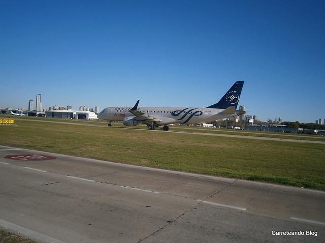 "Embraer 190 ""LV-FPS"" con Livery SkyTeam de Austral procedente de Montevideo"