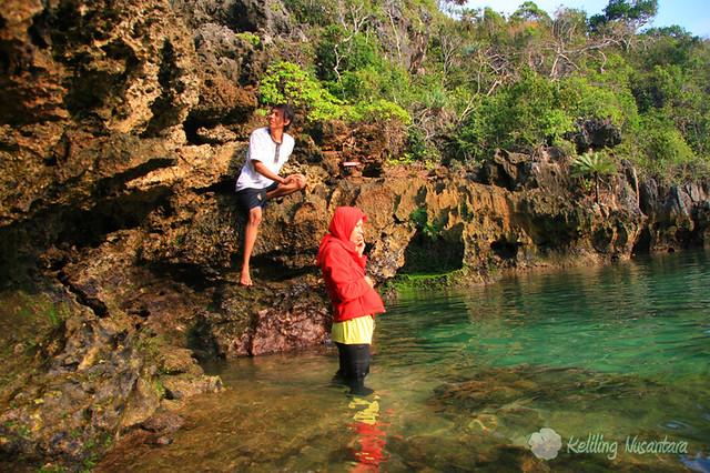 7982459884 842877bd63 z Explore Pulau Sempu and Batu   Malang