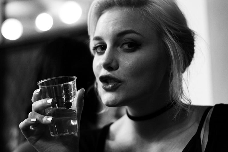 Louise dricker gratis vin i militäraffär