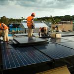 Colocando Paneles solares en Obra Solar decathlon