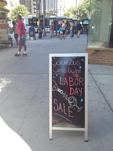 LABOR DAY(労働者の日) SALEのワイン屋さんの看板。