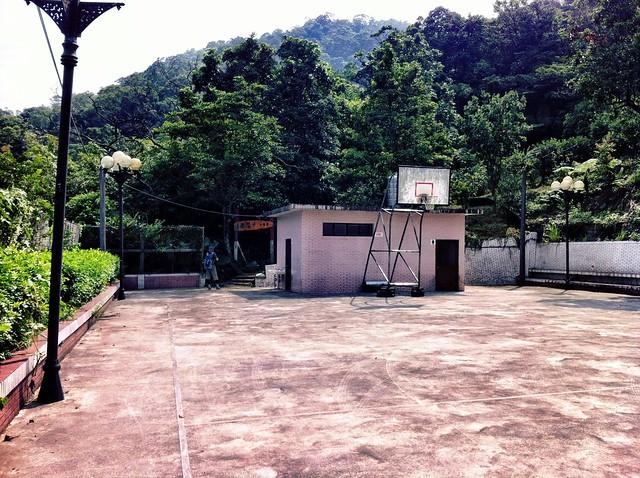 千階嶺登山口前的籃球場