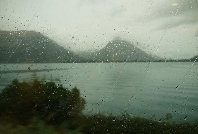 01 从威尼斯经米兰穿到瑞士境内。开始下雨,突然地就由冷转热了。