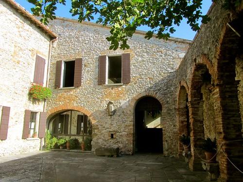 Il castello di azzurrina a montebello visita col fantasma - B b la finestra sul castello termoli ...
