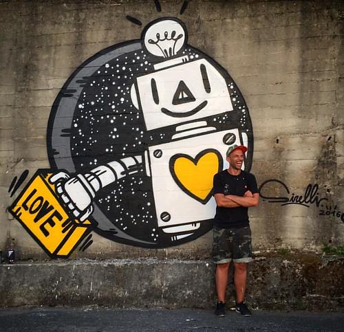 Si é aperto un varco temporale ed è arrivato un Robot con una valigia piena di amore. GULIA URBANA - 2016, Rogliano(CS).    #robot #gulia #guliaurbana #streetartfestival #adottaunrobot #massimosirelli #graffiti #loop #loopcans #astrofat #rublanum #roglian