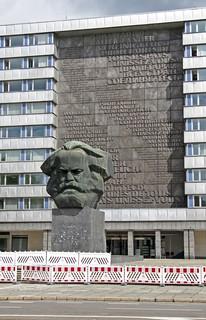 Karm-Marx-Kopf vor Wandrelief
