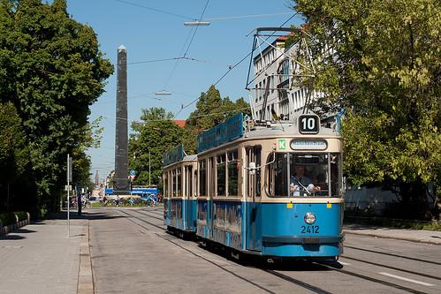 Nachdem der Karolinenplatz umrundet ist, kehrt Wagen 2412 zum Sendlinger Tor zurück