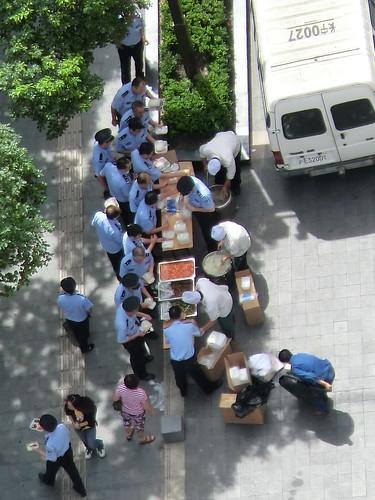 在上海日本領事館周辺デモ対策。警官もお昼ごはん中