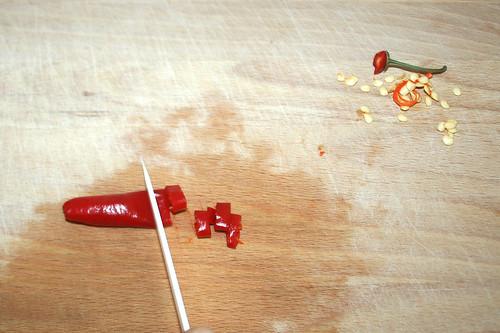 16 - Chili entkernen und zerkleinern / Remove chili core and mince