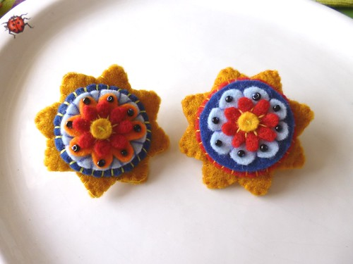 Felt flower / geometry brooch - front