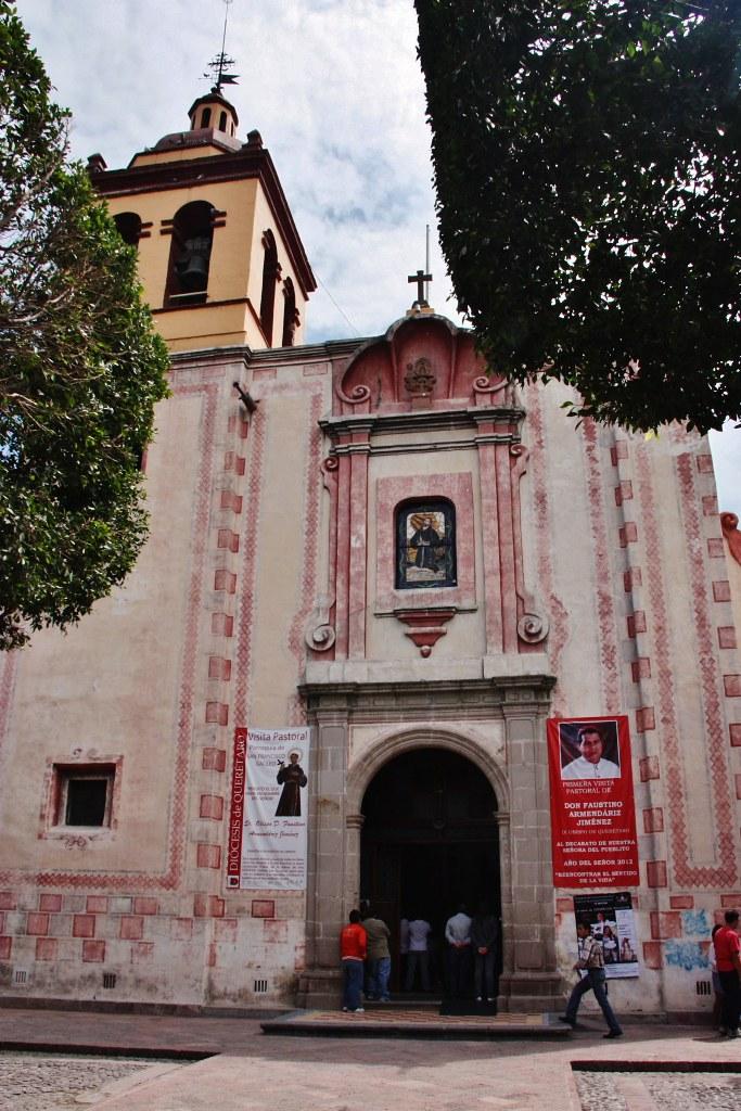 El Pueblito, Municipio de Corregidora, Querétaro, Qro., México.Plaza Principal y Parroquia San Francisco Galileo